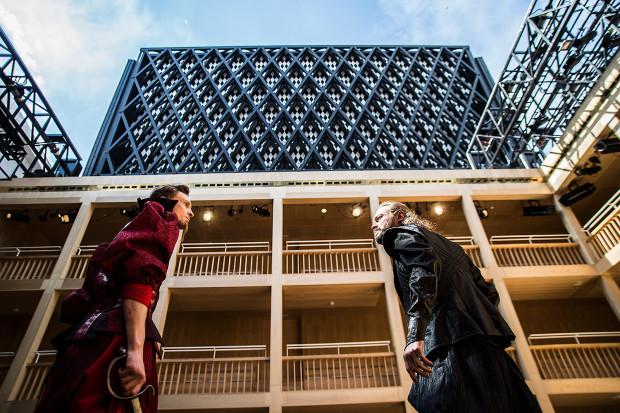 Przedstawienie, gdy tylko pozwolą na to warunki atmosferyczne, rozgrywane będzie przy otwartym dachu, otwieranym na oczach publiczności tuż przed spektaklem. Na zdjęciu: Piotr Biedron jako Doktor Caius (po lewej) i Michał Jaros w roli plebana Hugo Evansa (po prawej).