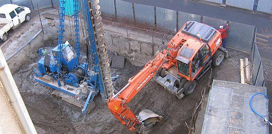 W sąsiedztwie kamienicy przy ul. Sukienniczej trwają prace budowlane, które zdaniem mieszkańców zagrażają ich budynkowi.