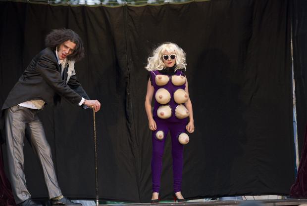 """W osobliwym, zwariowanym """"Freak Show"""" Circus Ferus podziwiać można było m.in. kobietę o 13 piersiach."""