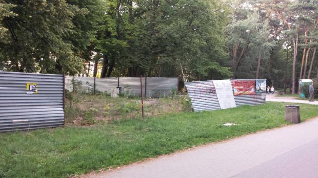 Jedyne zmiany na działce w Brzeźnie wprowadzają póki co złomiarze, regularnie rozbierający blaszane ogrodzenie.