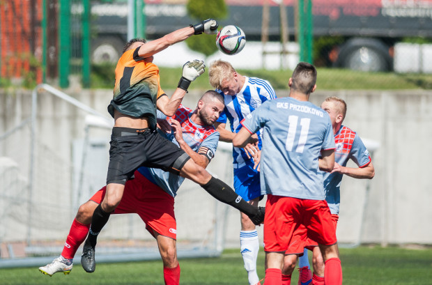 Sebastian Żołnowski (w środku) zdobył zwycięskie trafienie dla Bałtyku w inauguracyjnym meczu z GKS Przodkowo.