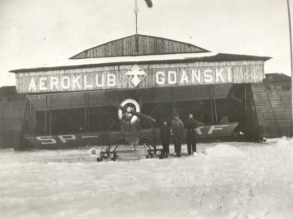 Hangar Akademickiego Aeroklubu Gdańskiego (w 1933 roku przemianowanego na Aeroklub Gdański) na lotnisku w Rumi. To właśnie członkom tego stowarzyszenia Port Lotniczy Gdynia w Rumi - Zagórzu zawdzięczał swoje powstanie. Siedziba aeroklubu mieściła się przy obecnej ul. Legionów 11 (niem. Heeresanger 11) we Wrzeszczu. Jak na ironię, niedaleko znajdowało się lotnisko, do którego Polakom uniemożliwiono dostęp.