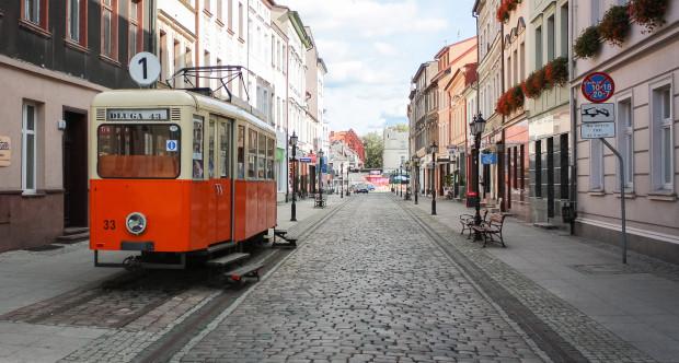 Zabytkowy tramwaj ustawiony na jednej z uliczek Starego Miasta Bydgoszczy.