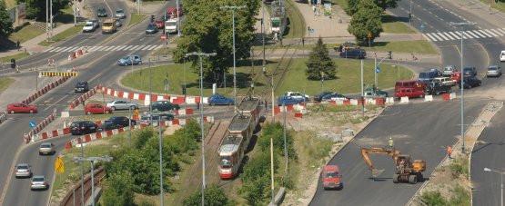 Brama Oliwska w lipcu 2006 roku. Remont jeszcze się nie rozpoczął, ale na skrzyżowaniu już tworzyły się korki.