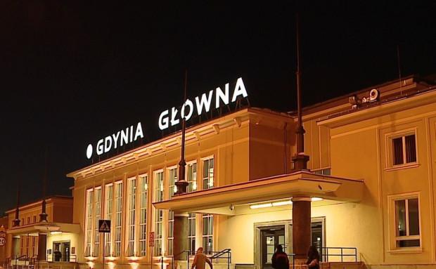 W Gdyni nocą młodzież często zbiera się na dworcu, gdzie niemal przez całą dobę otwarty jest McDonald's.