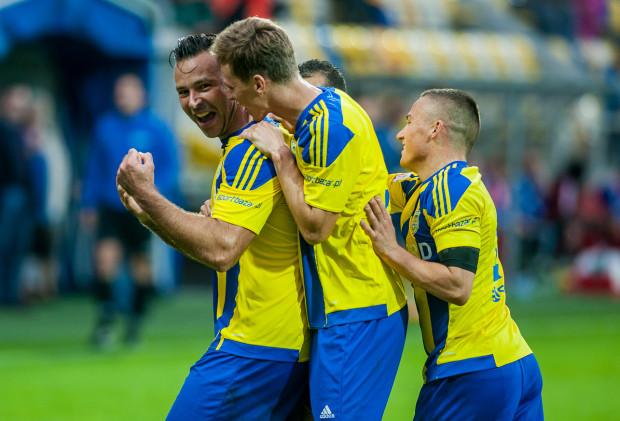 Pawłowi Abbotowi (pierwszy z lewej) gratuluje Tadeusz Socha (w środku), którego gol dał Arce zwycięstwo nad GKS Katowice 15 sierpnia. Od tego meczu gdynianie czekali na kolejny sukces aż do tej niedzieli.