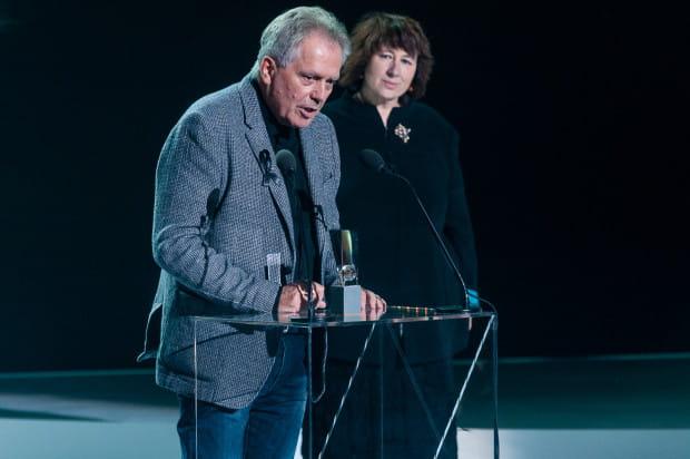 """Nagroda za najlepsze zdjęcia dla filmu """"Letnie przesilenie"""". Odbiera Jerzy Zieliński."""