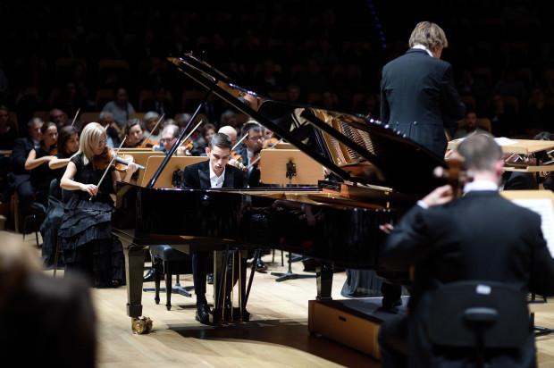 Gwoździem programu pierwszej części było wykonanie Koncertu e - moll op. 11. Dmitrijowi Szyszkinowi towarzyszyła Orkiestra PFB pod dyr. Ernsta van Tiela.