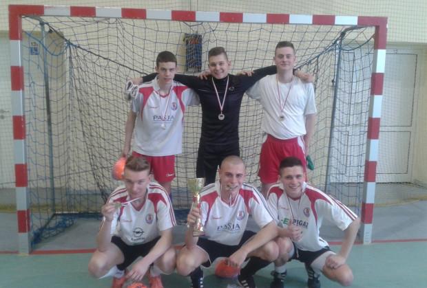 Udział w futsalowej lidze to nie tylko okazja do zdobycia medali, ale i wsparcia działalności fundacji.