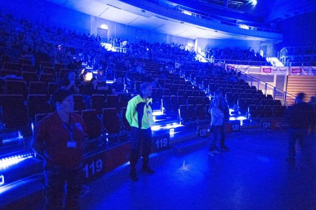 Choć sporo miejsc siedzących było pustych, ochrona nie zgodziła się wpuścić na nie ciężarnych kobiet, które nie wytrzymały trudów koncertu na stojąco.