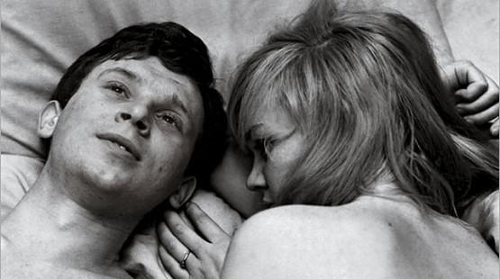 """Kadr z filmu """"Miłość Blondynki"""" od którego DKF rozpoczął swoją działalność i wziął swoją nazwę."""