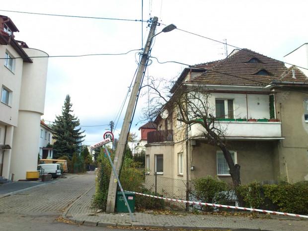 Przekrzywiony słup energetyczny w Orłowie