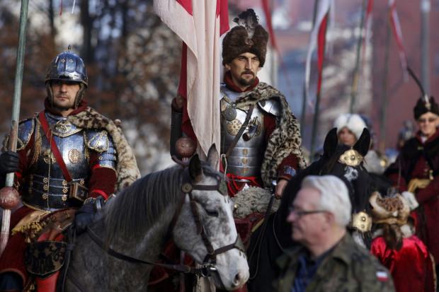 W paradach licznie biorą udział grupy rekonstrukcyjne, piesze konne i zmotoryzowane w strojach i mundurach z różnych epok historii Polski.
