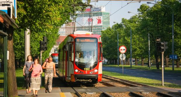 Przystanek Chodowieckiego - tramwaj oczekuje na przejazd przez przejście dla pieszych.