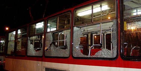 W ciągu kilku godzin zniszczono ponad 40 szyb w gdańskich tramwajach i autobusach.