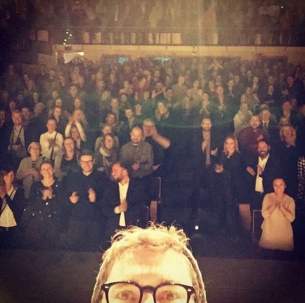 Kuba Wojewódzki zrobił sobie po pokazie w Teatrze Muzycznym w Gdyni pamiątkowe selfie z publicznością.