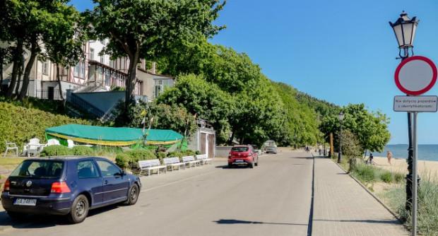 Końcowy fragment ulicy Orłowskiej to miejsce spokojne poza sezonem letnim. W wakacje przejście między samochodami bywa prawdziwą trudnością.