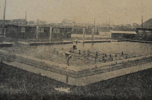 """Niewielki basen otwarty w 1929 r. w bezpośrednim sąsiedztwie stadionu na Dolnym Mieście (""""Danziger Neueste Nachrichten"""", 26 VI 1929)."""