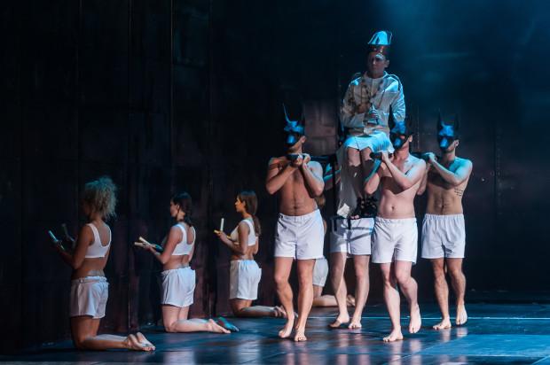 """""""Faraon"""" Teatru Wybrzeże zaskakuje prostotą i precyzją, jest bardzo dobrze zorganizowaną maszyną teatralną, służącą do przyjrzenia się konfliktowi władzy i religii."""