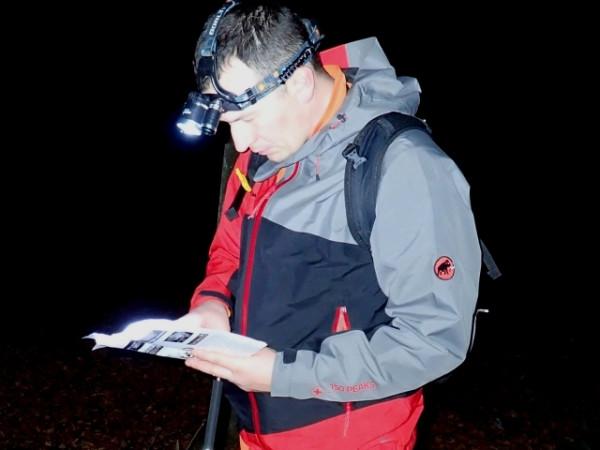 Na nocnych imprezach na orientację świetnie sprawdza się tzw. czołówka, czyli latarka na głowę