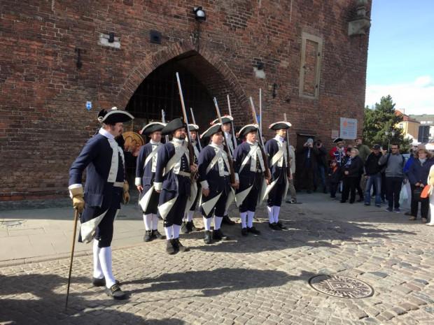 Zmiana warty w wykonaniu trójmiejskich grup rekonstrukcyjnych, z udziałem gdańskiego kapra Krzysztofa Kucharskiego, wpisała się na stałe w kalendarz miejskich imprez.