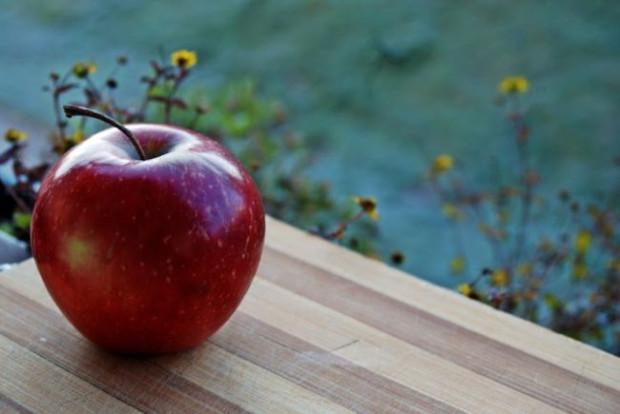 Jabłko zawiera ok. 83 proc. wody, w pozostałej części znajdziemy białko, cukry, kwasy organiczne, błonnik czy witaminy C, A, B1, B2, PP, B3. Dzięki bogatemu składowi warto wykorzystywać je w domu dla zdrowia i urody.