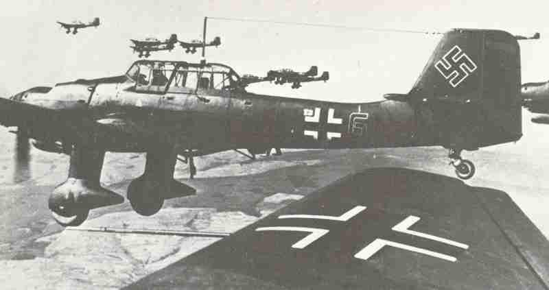 1531458-Wsparcie-lotnicze-Stukasow-bylo-cenione-przez-niemieckie-wojska-ladowe-ktorym-w-walkach-o-Wybrzeze-brakowalo-broni-stromotorowej.jpg