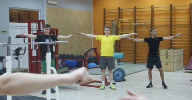 Gdańscy żużlowcy podczas treningu w ośrodku Cetniewo. Od lewej: Aureliusz Bieliński, Linus Sundstroem, Anders Thomsen.