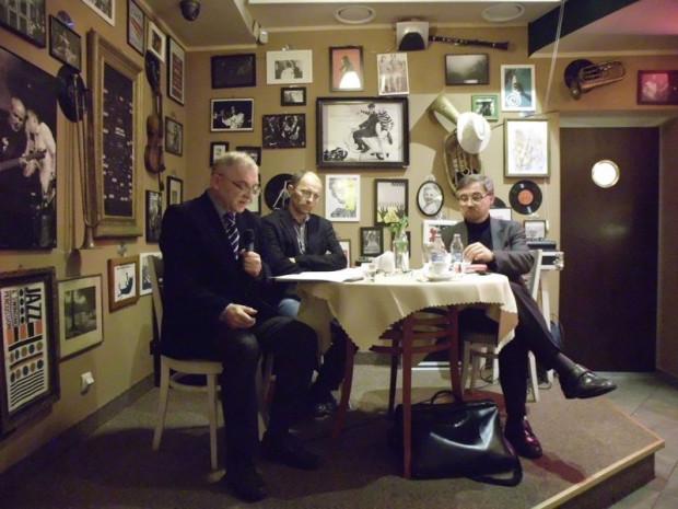Na pierwsze spotkanie zaproszono trzech filozofów: prof. Romualda Piekarskiego, dr Artura Szuttę oraz prof. Wojciecha Żełańca, przedstawiającego cząstkową analizę eidetyczną demokracji. Tematem dyskusji była idea i potrzeba demokracji.