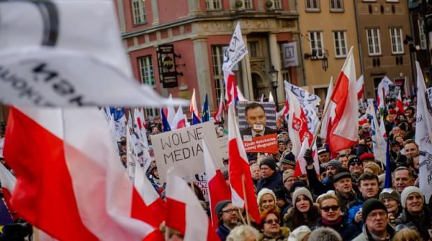 Manifestacja Komitetu Obrony Demokracji przed Dworem Artusa.