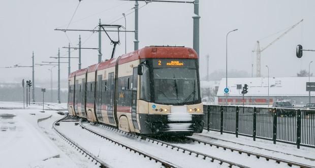 Jeżeli jest nam zimno, a temperatura na zewnątrz nie przekracza +10 stopni, możemy poprosić motorniczego lub kierowcę autobusu o włączenie ogrzewania. Gdy ten odmówi lub ogrzewanie jest zepsute, poinformujmy o tym Centralę Ruchu ZTM.
