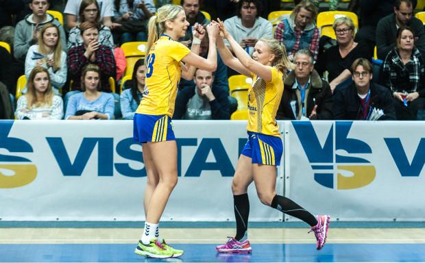 Aleksandra Zych (z lewej) i Katarzyna Janiszewska (z prawej) opuściły poniedziałkowy trening Vistalu za względu na chorobę. W środę mają jednak wybiec na parkiet Gdynia Areny przeciwko Startowi Elbląg.