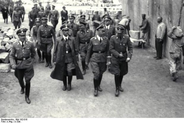Wizyta Heinricha Himmlera w niemieckim obozie koncentracyjnym Mauthausen-Gusen w 1941 roku. W długim płaszczu ówczesny Gauleiter Karyntii Franz Kutschera.