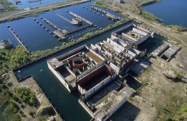 Ruiny po niedokończonej elektrowni jądrowej nad jeziorem żarnowieckim. W latach 1982-1990 budowano tu pierwszą polską elektrownię jądrową w ramach polskiego programu energetyki jądrowej, zgodnie z którym miano wybudować elektrownie Żarnowiec i Warta w Klempiczu w Wielkopolsce.