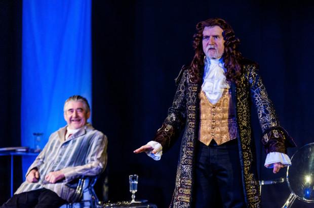 Cezary Morawski (po prawej) w roli aktora Gabriela de Beaumont rozkręca się wraz z czasem trwania spektaklu. Jego bohater jest marionetką w teatrze Markiza.