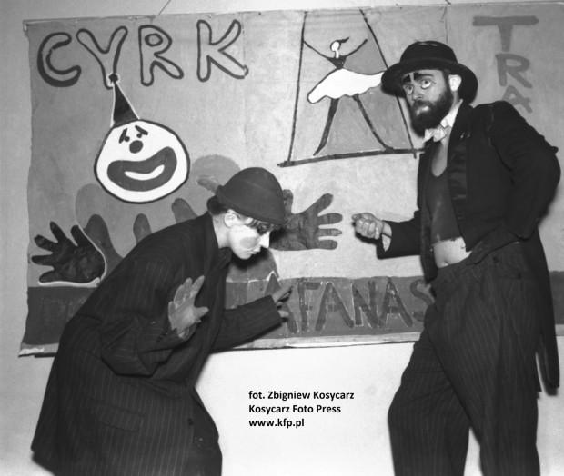 Spektakl nawiąże do twórczości Jerzego Afanasjewa (po prawej), twórcy m.in. teatrzyku Cyrk Rodziny Afanasjeff (na zdjęciu kadr z jednego z przedstawień z lat 50. XX wieku).