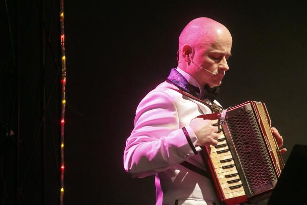 Wokalistą (a czasem też akordeonistą) zespołu Fantazja, dbającego o muzyczną oprawę weselnej zabawy, jest mało znany towarzystwu Adam Bardziej (Bogdan Samgacki), fan twórczości Krawczyka i kuzyn pana młodego.