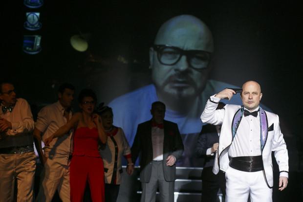 Jednak to, co widzimy na scenie, okazuje się grą komputerową, stworzoną przez prawdziwego Adama Bardzieja. Jego wirtualne alter ego, gdy dowiaduje się o tym, że tkwi w fikcji, zaczyna się buntować.