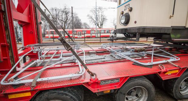 Pantografy przywiezione wraz z tramwajem na lawecie.