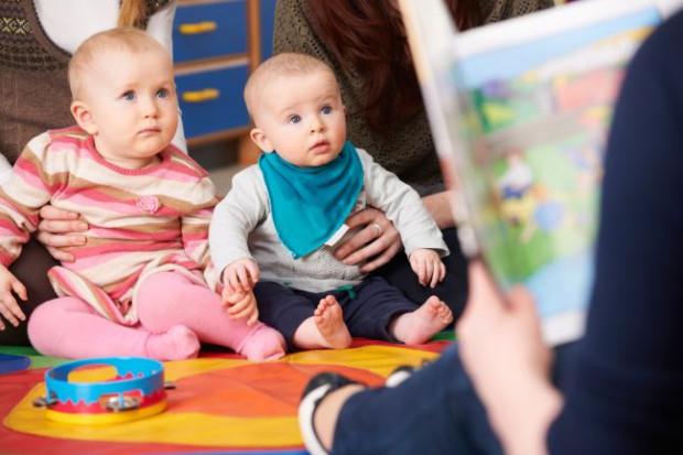 Czytać i opowiadać można dzieciom już od pierwszych chwil życia. W tym czasie słuchają one rytmu mowy, prawidłowej artykulacji, głosu rodzica, a przede wszystkim rozwijają swój słownik.