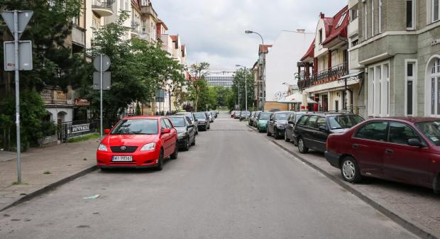Ulica Bohaterów Getta Warszawskiego. Tutaj miałaby powstać strefa ograniczonego ruchu z tramwajem w jezdni. Miasto rozważa budowę parkingu, aby wyeliminować parkowanie w obrębie ulicy.