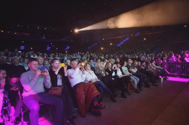 Pod sceną ustawiono kilka rzędów miejsc siedzących. Łącznie na koncercie bawiły się niemal cztery tysiące osób.