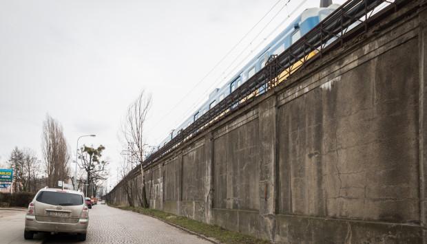 Mur oporowy o długości ok. 430 metrów ciągnie się wzdłuż ul. Białej od ul. Waryńskiego do peronu SKM stacji Gdańsk Wrzeszcz.