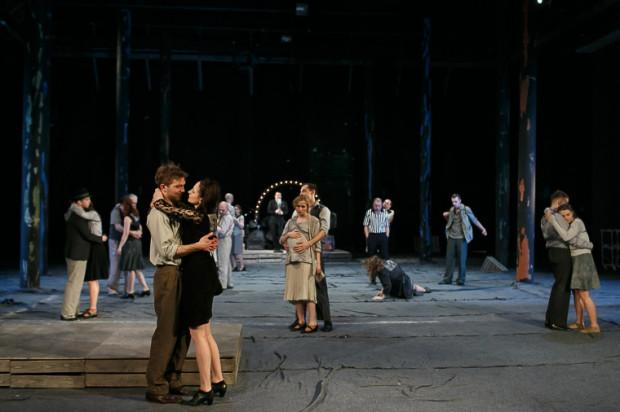 """Wszystko rozgrywa się w przestrzeni obskurnej tancbudy, w miejscu fatalnie zaniedbanym i """"nadgryzionym"""" przez czas (scenografia Damiana Styrny)."""