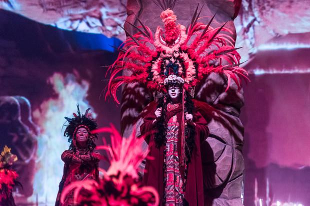 Niezwykle efektownie, w pięknych kostiumach i silnej charakteryzacji prezentują się Indianie, czyli tancerze i młodsza część zespołu Muzycznego.