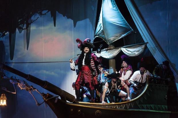"""W Niebywalencji czekają na Piotrusia Pana, Wendy wraz z braćmi oraz widzów bardzo kolorowe, efektowne postaci, m.in. piraci na okręcie """"Wesoły Roger""""."""