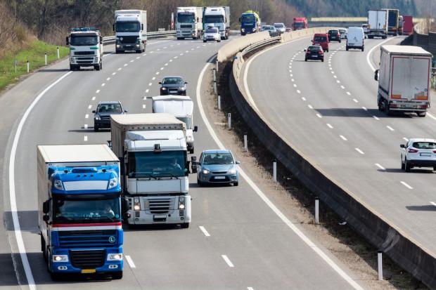 """Dla niektórych kierowców zmiana pasa ruchu na """"trzypasmówce"""" stanowi nie lada wyzwanie."""