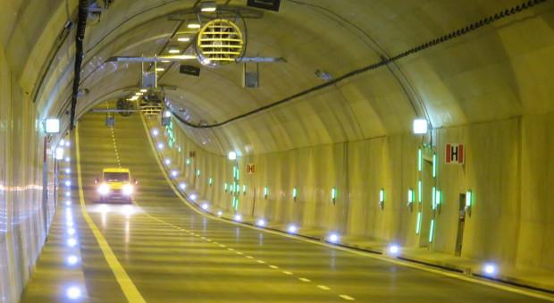 W tunelu pod Martwą Wisłą nie ma miejsca dla rowerów, dlatego miłośnicy dwóch kółek chcą tam bezpłatnej komunikacji miejskiej.