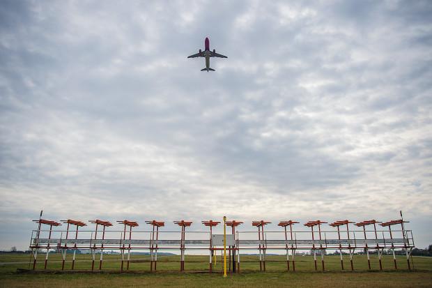 Wymiana urządzeń ILS sprawia, że do jesieni będziemy zdani na pogodę. Odwoływanie i przekierowywanie lotów jest nieuniknione.