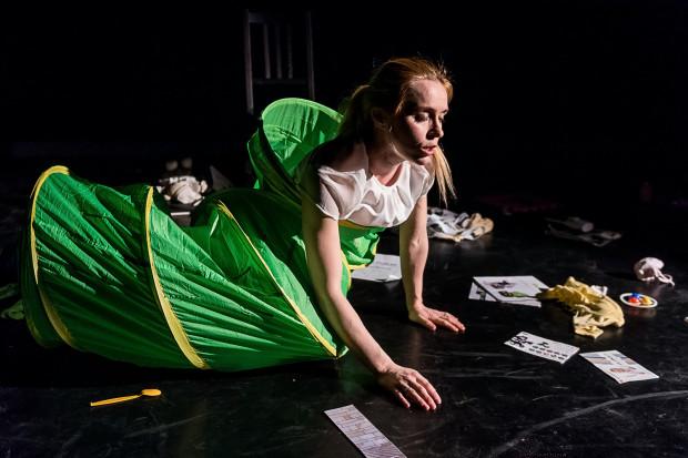 """W jednej z wielu udanych scen Maria, bohaterka sztuki Szymona Jachimka, próbuje zasnąć w tunelu """"gąsienica""""."""